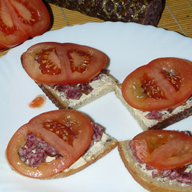 Sumuštiniai su servelatu ir pamidorais