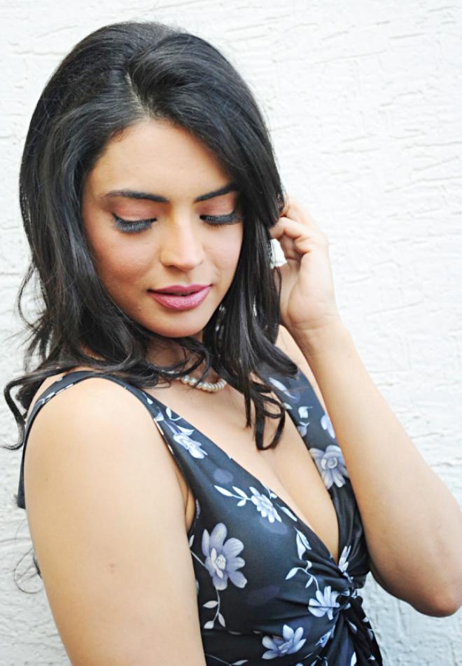 Yevadu item girl Swetha Bharadwaj hot exotic