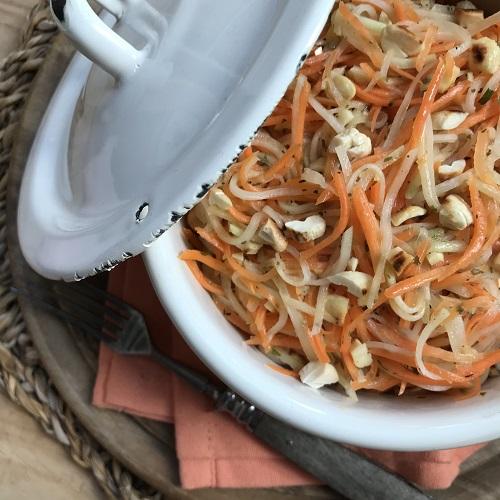 Möhren-Kohlrabi-Salat mit Cashewkernen