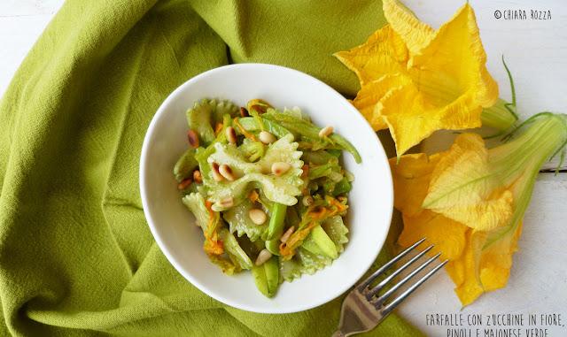 Farfalle con zucchine in fiore, pinoli e maionese verde