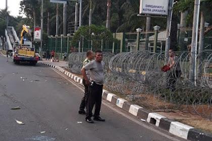 Jumlah Pengunjuk Rasa Hari Ini Diperkirakan Lebih Banyak, Polisi Tutup Gerbang Gedung DPR Dengan Kawat Duri