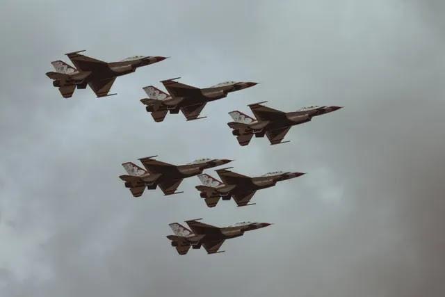 aprende ingles ejercito aviones caza volando en formacion