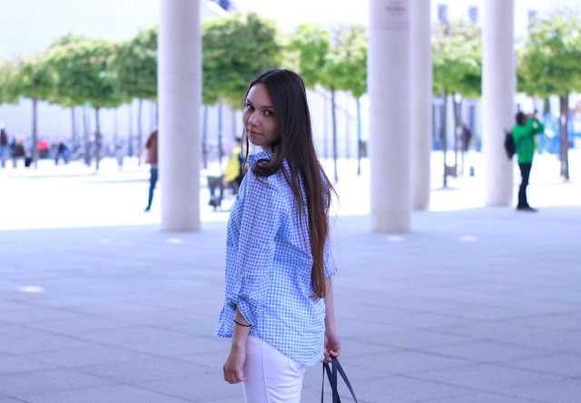 Outfitpost weiße Jeans mit Bluse