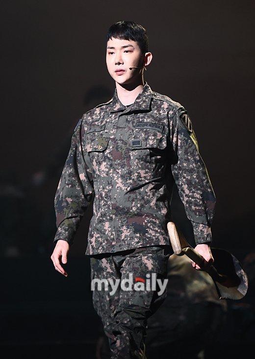 Jo Kwon, ünlü askerlerin daha kolay askerlik yapmadığını savundu