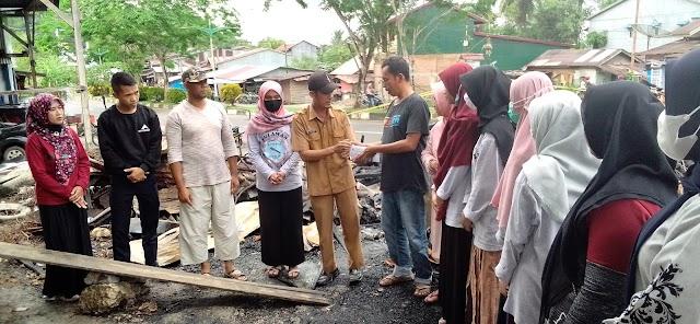 Forum Anak FULAWAN Desa Leubang bantu korban kebakaran Suka Jaya