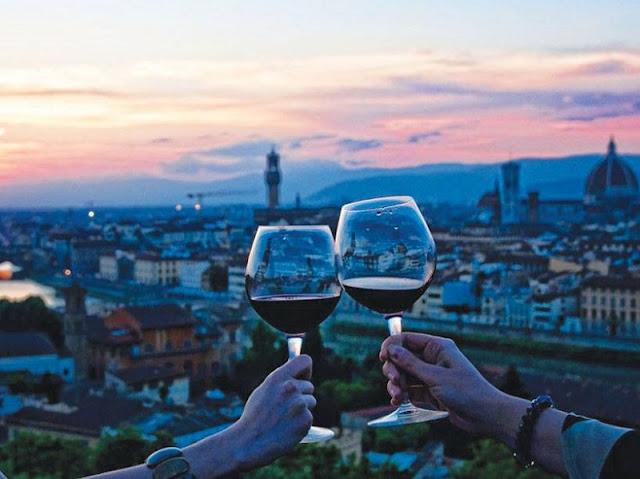 Taças de vinho e Florença de fundo