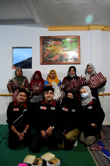 Kelompok 01 PMM UMM bersama Ibu PKK Dusun Supiturang Sulap Bungkus Kopi Jadi Tas Belanja Cantik
