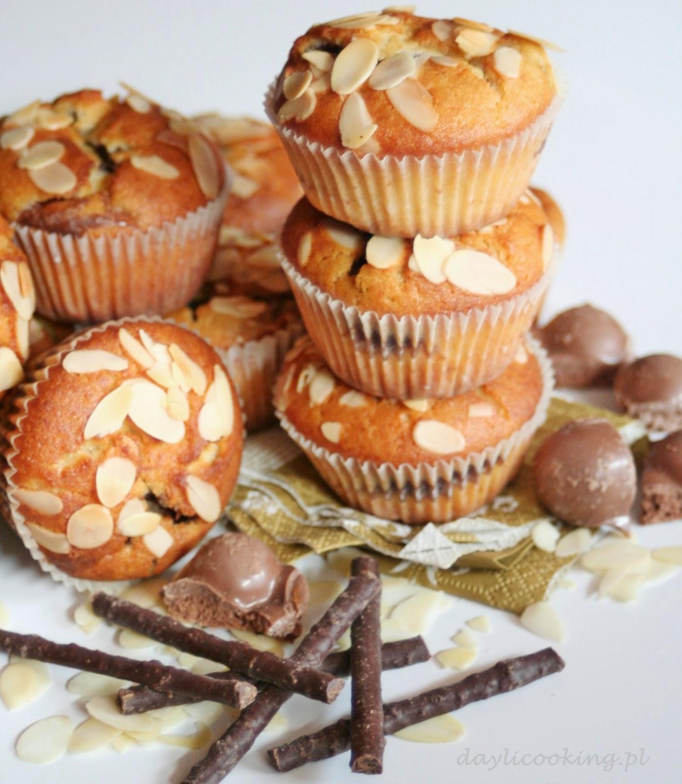 Babeczki z czekoladą i płatkami migdałowymi