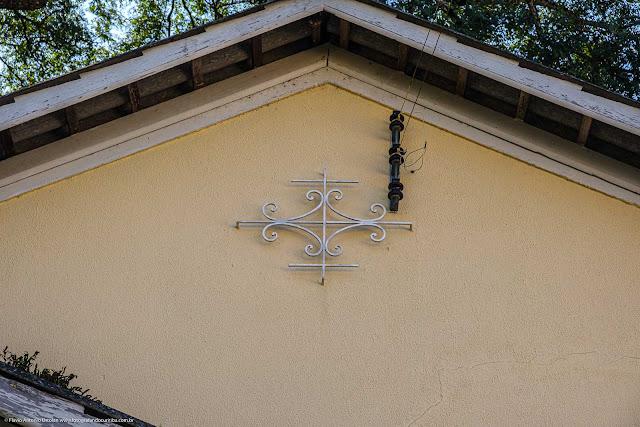 Uma casa junto ao Educandário Curitiba - detalhe com ornamento de ferro