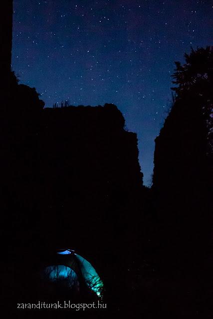 Sátor és a solymosi vár éjjel, csillagokkal fotózva