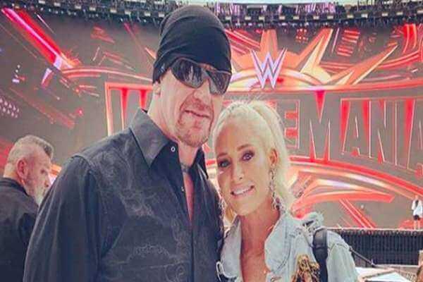 أندرتيكر وزوجته ميشيل مكول غاضبان من WWE وهذا هو السبب