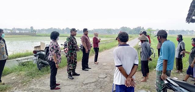 Peduli Pandemi Covid-19,Babinsa, Kades dan Relawan Wonosari Bagikan Pupuk dan Masker ke Petani