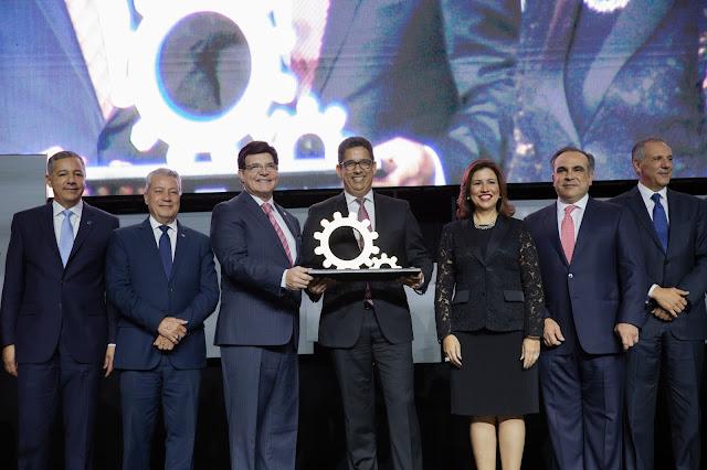 Presidente de Casa Brugal, Augusto Ramírez Bonó, recibe el Galardón Nacional a la Industria Dominicana de la AIRD