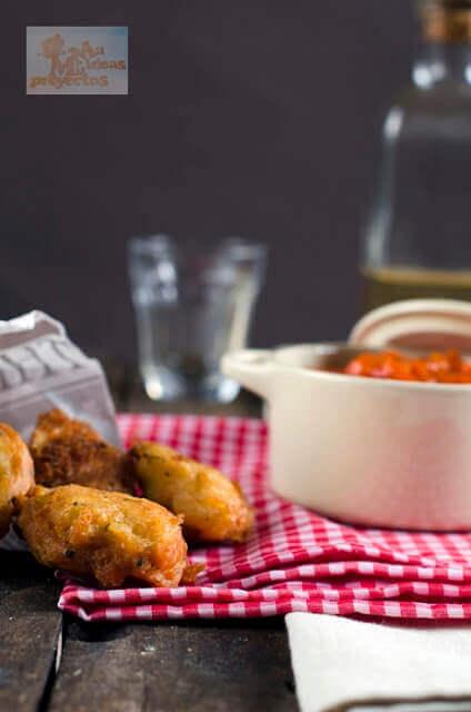 buñuelos-patata-bacalao-salsa-pisto2