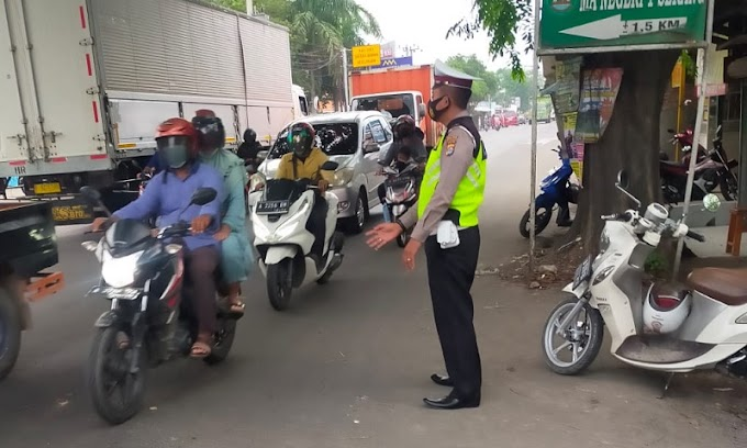 Antisipasi Kepadatan Kendaraan, Personil Polsek Kragilan Melaksanakan Gatur Lalin