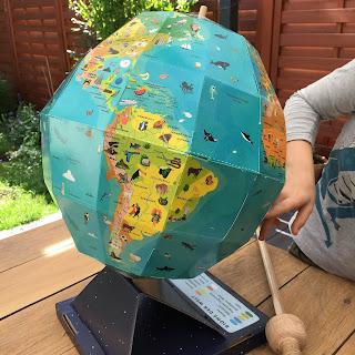 """""""Mein großer Globus"""" von Leon Gray, illustriert von Sarah Edmonds, erschienen im Carlsen Verlag, ist ein Globus zum Zusammenstecken und ein 48seitiges Begleitbuch, Rezension auf Kinderbuchblog Familienbücherei"""