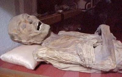 Foto de una momia de Guanajuato recostada