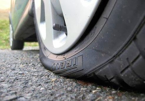 Panduan Bila Ban Mobil Kempes di Tengah Jalan