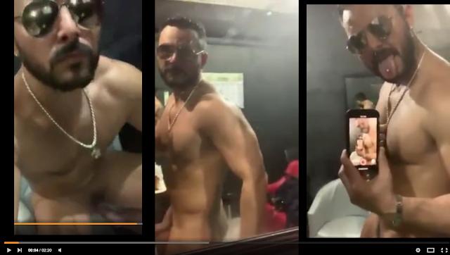 stripper en camerino masturbandose