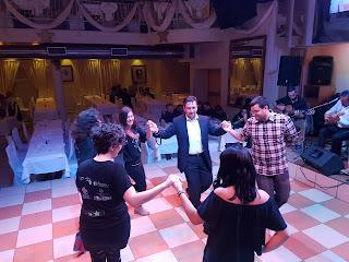 οι εθελοντές χορεύουν