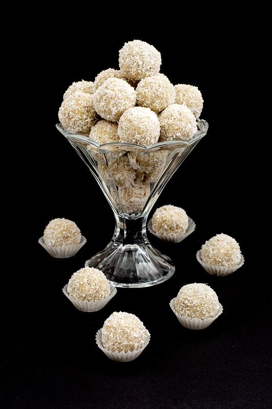 Raw raffello balls - presne raffaello kroglice na temnem ozadju