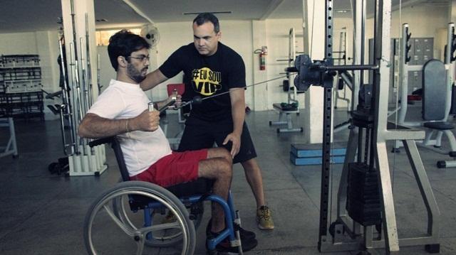 Sem o movimento das pernas, Jadson Salvador treina membros superiores. Foto: Paulista Fotografias/Juliano Mendes Assessoria