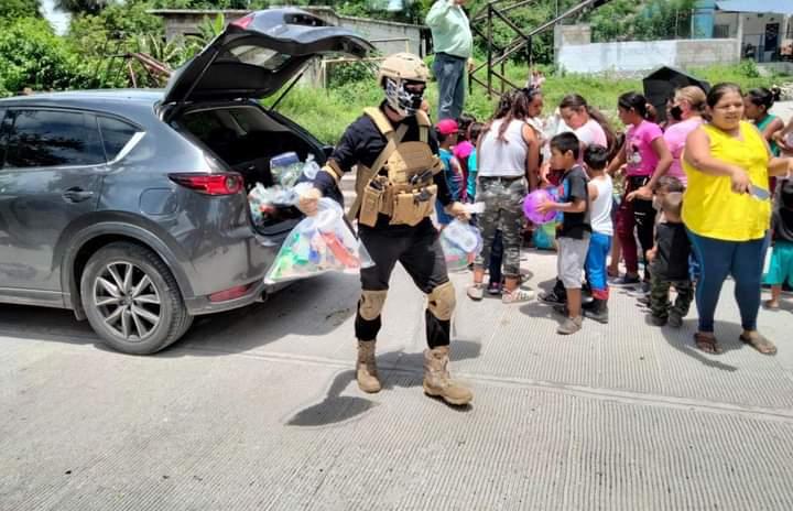 Fotos: Después de que ofrecieran 500 mil pesos para dar con El Señorón y/o Señorita, sus Sicarios comenzaron a repartir Útiles y Despensas en Morelos