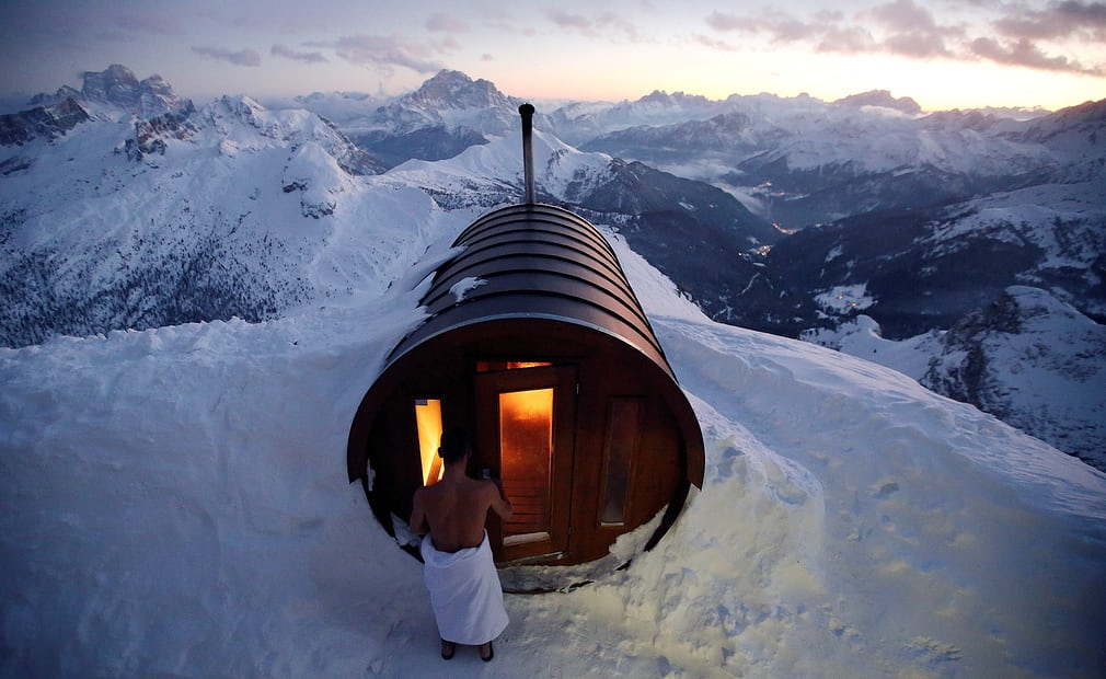 Чоловік відчиняє двері в сауну на вершині гори Лагазуоі.
