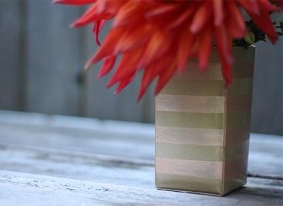Gunakan karton kotak susu bekas untuk membuat vas bunga yang unik.