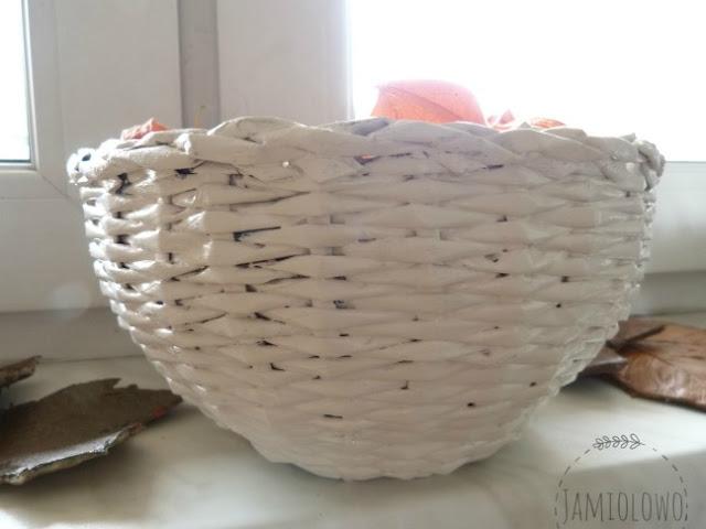 koszyk z papierowej wikliny z darami jesieni