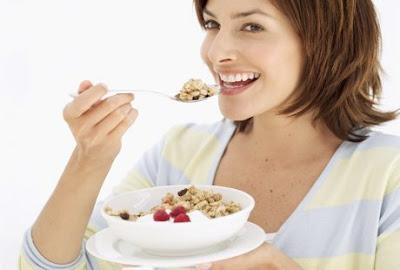 Mengonsumsi makanan yang kaya akan karbohidrat kompleks saat menstruasi