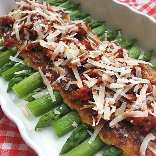 grüner Spargel mit Parmesankruste