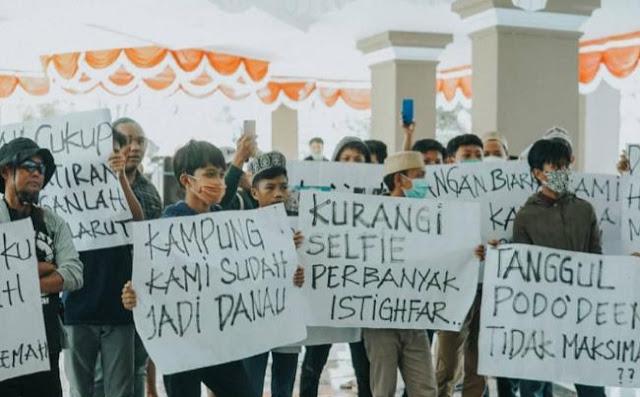Tuntut Penangan Banjir Bandang, Puluhan Warga Gelar Aksi di Kantor Bupati Lutra