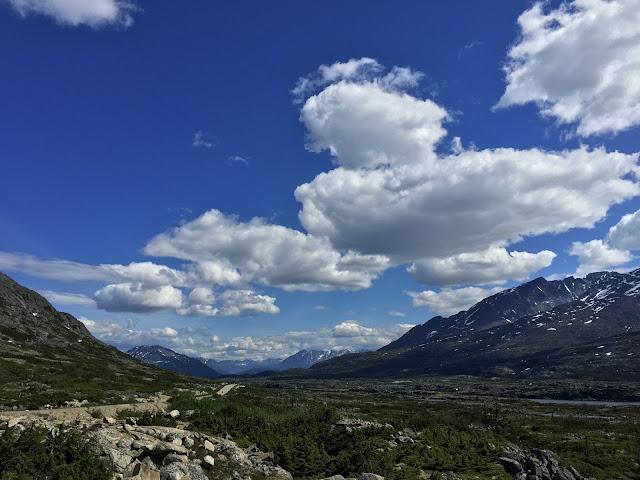 Landschappen met blauwe luchten zijn mooi, neem groothoeklens voor beste effect