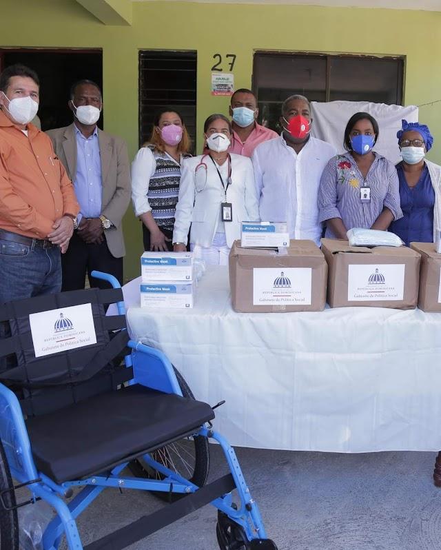 Coordinador del Gabinete de Política Social Entrega Donativo a ADR. en Las Matas de Farfán.
