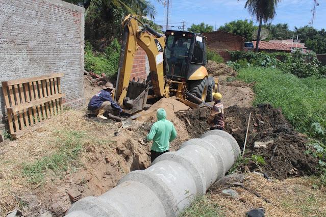 Prefeitura de Caraúbas soluciona problemática de sistema de esgoto com grande serviço no centro de Caraúbas