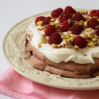 Pavlova de chocolate com framboesas e pistachios