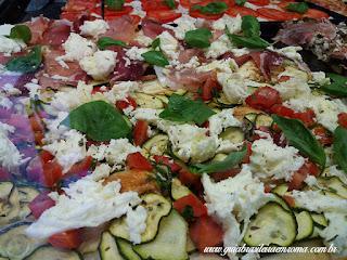 Pizza com mozzarella, presunto crú, mangericão e abobrinha