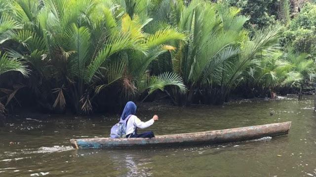 Viral, Gadis 13 Tahun ini Sekolah Naik Prahu, Tak Disangkah Inilah yang Didapat