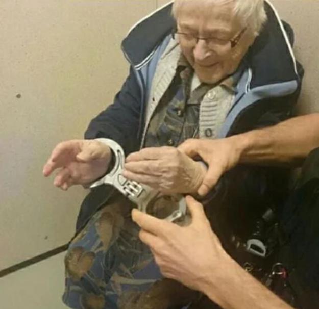 Abuelita es arrestada, y es la mujer más feliz del mundo