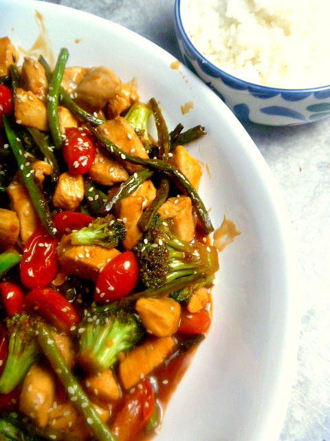 Chicken, Green Beans & Tomato Stir Fry:  Juicy tender chicken, crunchy green beans, and bursts of fresh tomatoes tossed in a killer sauce will give you goosebumps and have you reaching for seconds. - Slice of Southern