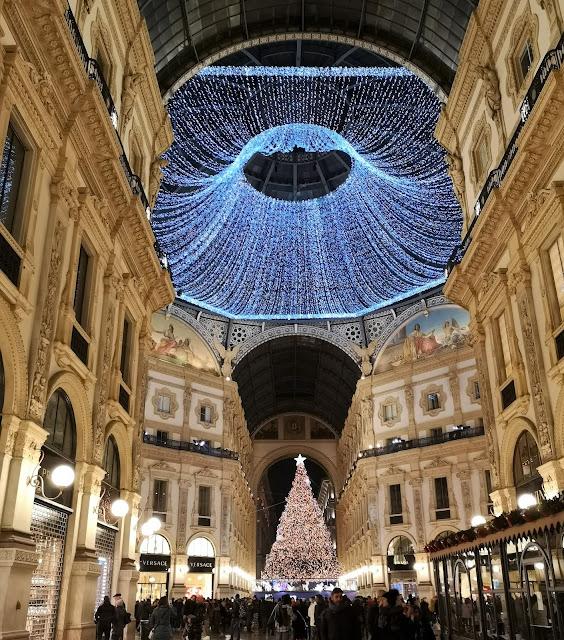 La Galleria Vittorio Emanuele II nel periodo natalizio pieno di luci
