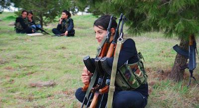Κούρδισες αρματώνονται και πάνε στο μέτωπο για μακελειό με Τούρκους