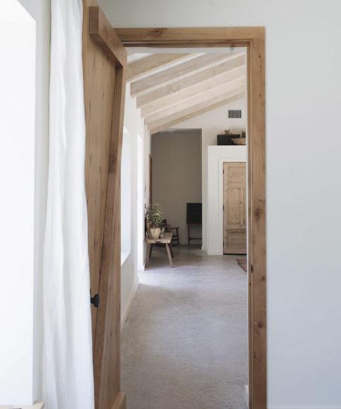 Ambiente rustico y paredes blancas