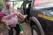 Kesulitan Berjalan, Polisi Pengadegan Rela Gotong Lansia  Ikuti Vaksinasi