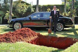 ثري برازيلي يدفن سيارته ليستخدمها بعد موته