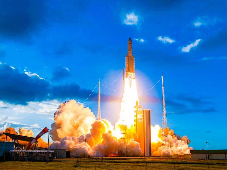 Ariane 5 lança satélite de telecomunicações reprogramável pioneiro
