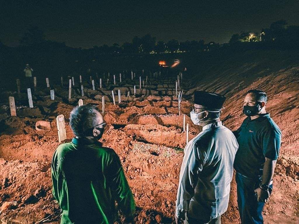 Penggali Kaget Anies Datang Tengah Malam di Kuburan
