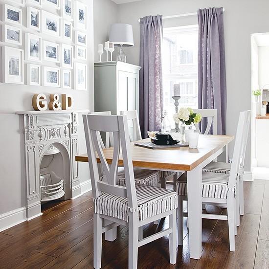 Petite salle à manger avec le schéma de couleur gris pâle