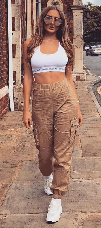 Spring is here! Need spring outfit inspiration? Check out these 29 Chic Spring Outfits That Look Effortlessly Sexy and Cool. Sports Bra + Trouser   Spring Fashion + Spring Wear via higiggle.com #fashion #spring #style #chic